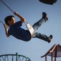 イメージ画像としてブランコに乗る少年